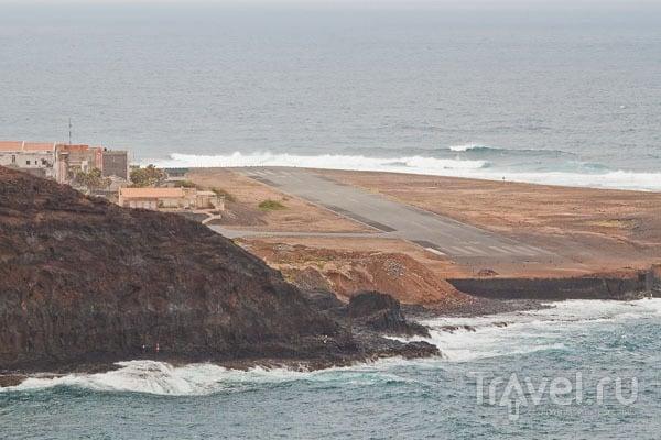 Океан пытается смыть заброшенный аэропорт в Понту-ду-Сол, остров Санту-Антан / Фото из Кабо-Верде