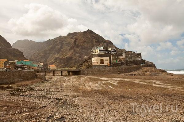 Рибейра-Гранде - типичный пейзаж острова Санту-Антан / Фото из Кабо-Верде