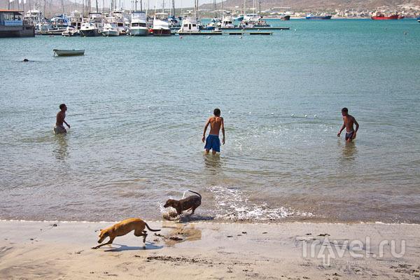 Городской пляж в Минделу на острове Сан-Висенте, Кабо-Верде / Фото из Кабо-Верде