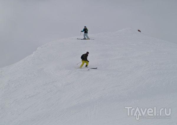 Фрирайдеры спускаются с вершины / Фото из Франции