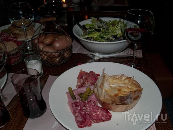 """Сыр """"Рюблошон"""" с картошкой, ветчиной и салатом - традиционное савойское блюдо / Фото из Франции"""