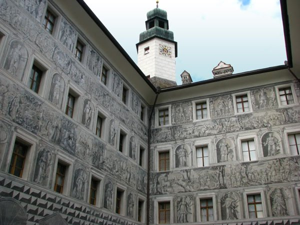 Стены внутреннего двора замка Амбрас в Инсбруке / Фото из Австрии