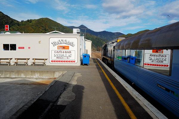 Поезд TranzCoastal ждет пассажиров, опоздавших из-за шторма в проливе Кука / Фото из Новой Зеландии