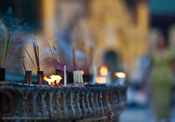 Свечи и благовония в храмовом комплексе Шведагон, Янгон / Фото из Мьянмы