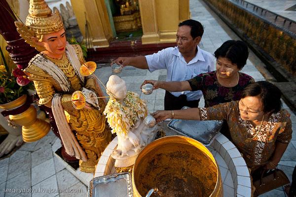 Ритуал поливания Будды в Шведагоне, Янгон / Фото из Мьянмы