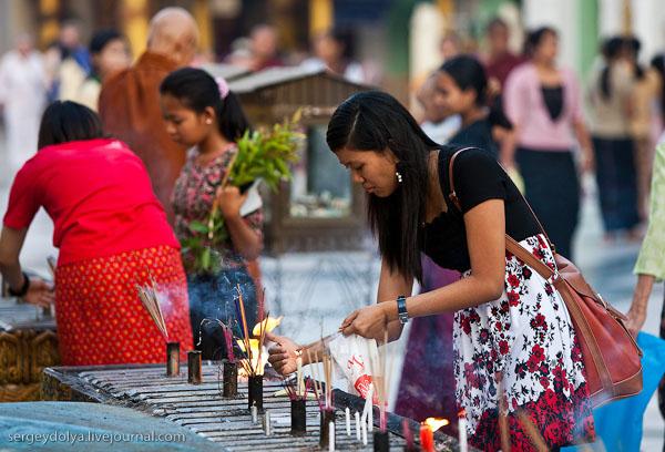 Посетительница Шведагона зажигает благовония, Янгон / Фото из Мьянмы