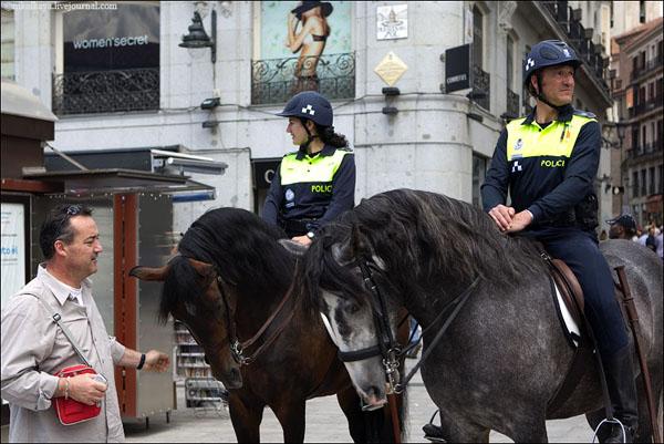 Конная полиция на площади Пуэрта-дель-Сол в Мадриде / Фото из Испании