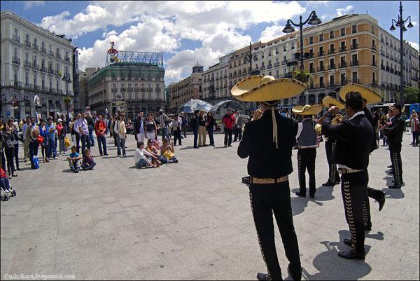 На площади Пуэрта-дель-Сол всегда многолюдно, Мадрид / Фото из Испании