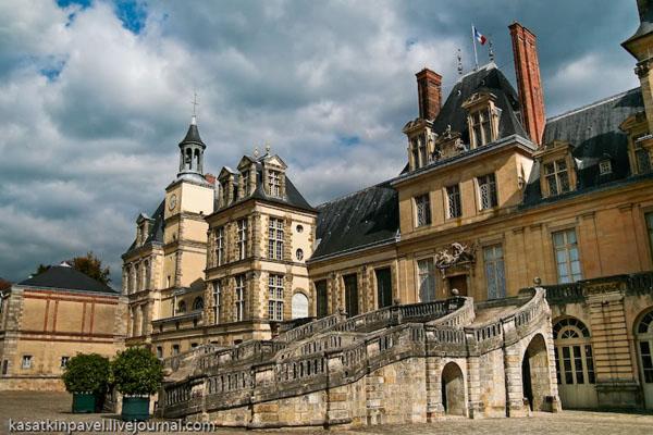 У центрального входа в замок Фонтенбло / Фото из Франции