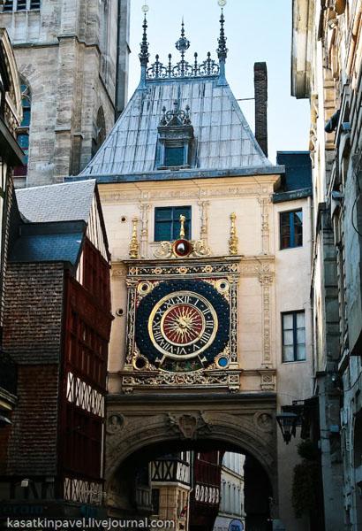 Часы с одной стрелкой - одна из достопримечательностей Руана / Фото из Франции