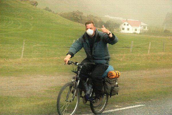 На велосипеде по Исландии - с маской от вулканического пепла / Фото из Исландии
