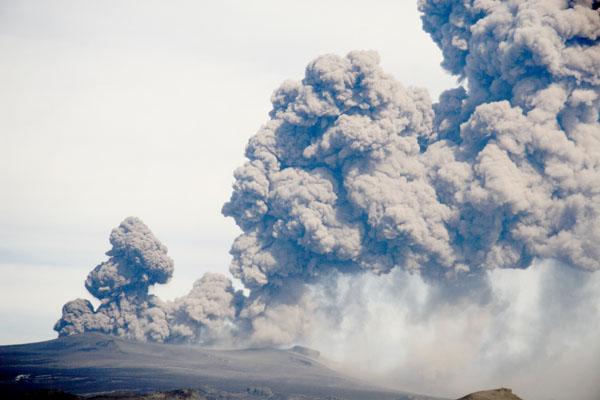 Дым и пепел вулкана Эйяфьятлаекюдль над Исландией / Фото из Исландии