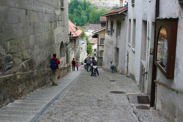 Спуск по улице / Фото из Швейцарии