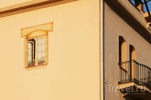 Нарисовать окно в Орозеи легче, чем получить на него разрешение / Фото из Италии