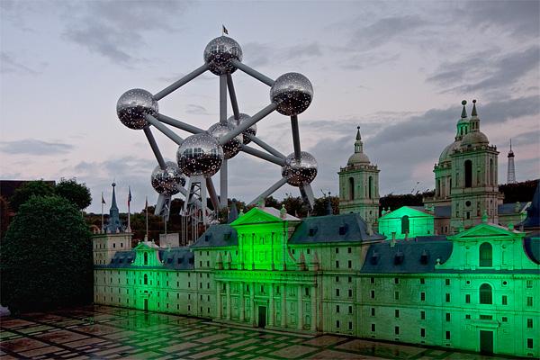 """Вид на Атомиум из парка """"Мини-Европа"""" в Брюсселе / Фото из Бельгии"""