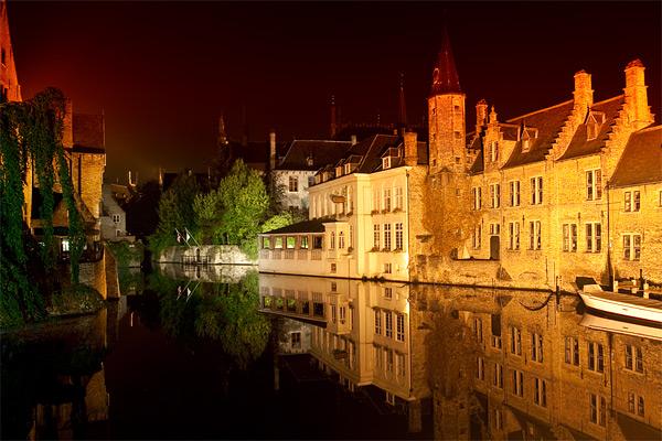 Вид на канал в Брюгге ночью / Фото из Бельгии