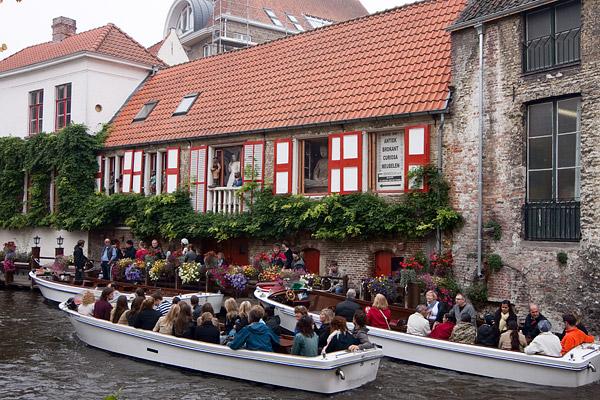 Толпы туристов на лодках в Брюгге / Фото из Бельгии