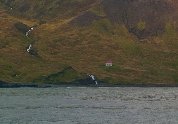 Домик на пустынном берегу Исландии / Фото из Исландии
