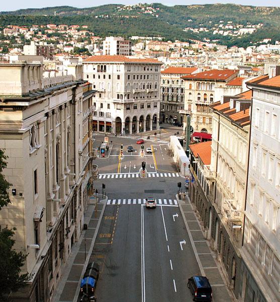 Вид с подножия холма Сен-Джусто на площадь Гольдони / Фото из Италии