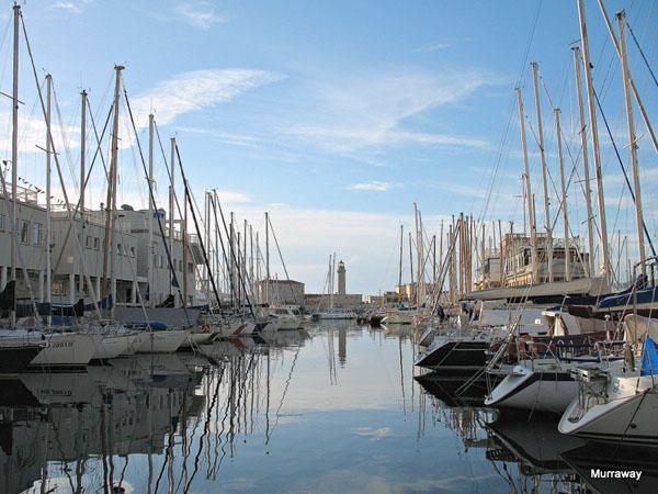 Яхтенный порт со старым маяком в Триесте / Фото из Италии