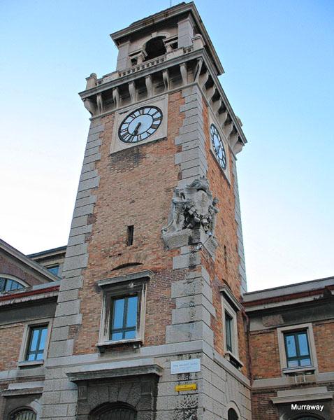 Часовая башня, она же водонапорная / Фото из Италии