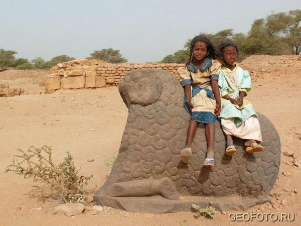 Маленькие нубийки у храма Амона в Мероэ / Фото из Судана
