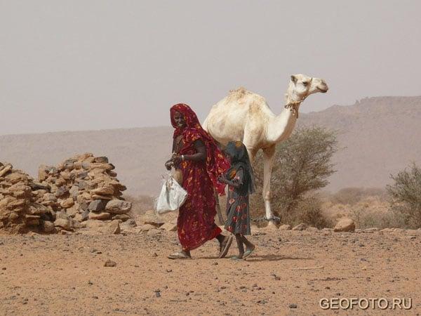 Люди идут за водой / Фото из Судана