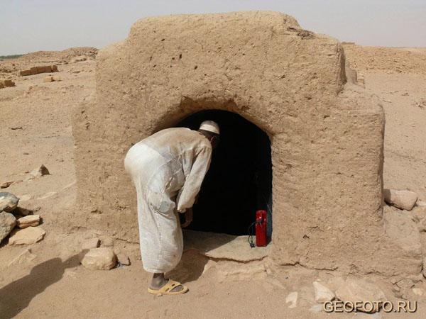 Ключник-гафир открывает дверь в гробницу фараона Танветамани, Курру / Фото из Судана