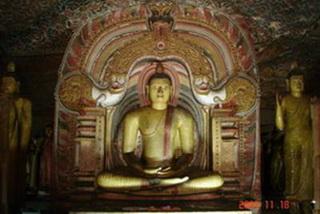 Пещерный храм в скалах / Шри-Ланка