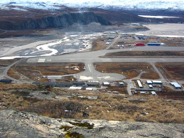Взлетно-посадочная полоса аэропорта в Кангерлуссуаке / Фото из Гренландии