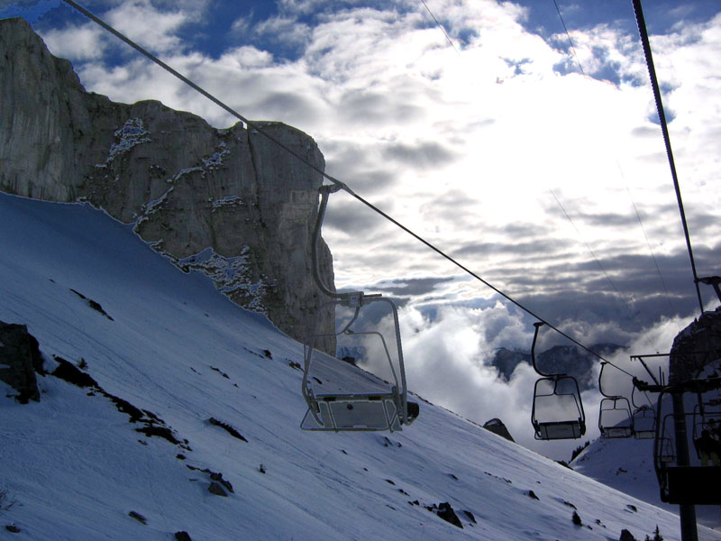 Вид с канатки на долину и скалы Аи / Фото из Швейцарии
