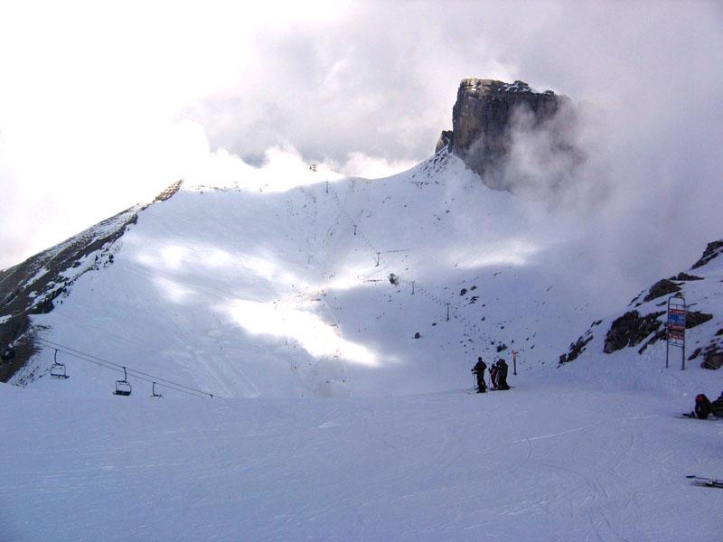 """Вид на """"черную"""" и """"синюю"""" трассы пика Аи от первой бровки / Фото из Швейцарии"""