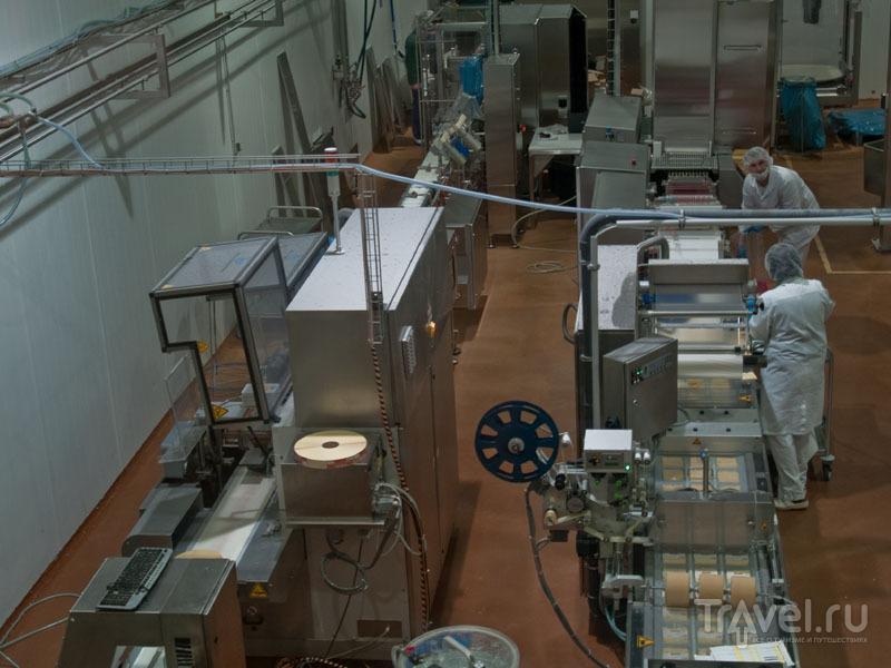 Упаковка сыра на фабрике Erlebnis Sennerei Zillertal / Фото из Австрии