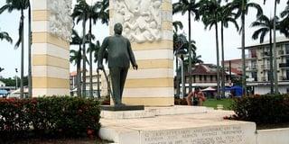 Памятник Феликсу Эбу / Суринам