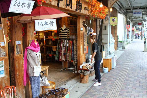 Магазины на улице Мидзуки Сигэру в городе Сакаиминато / Фото из Японии