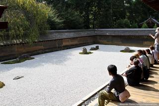 Созерцать можно находясь на веранде храма / Япония
