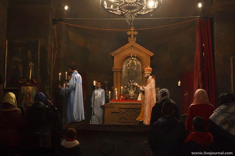 Служба в армянской церкви / Фото из Армении