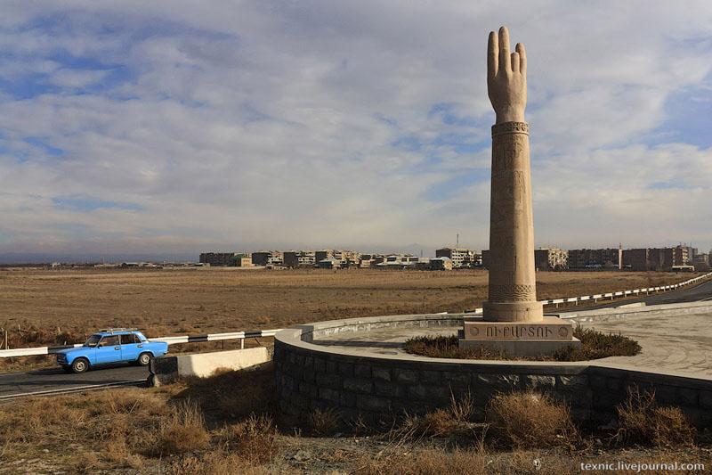 Монумент на въезде в Эчмиадзин / Фото из Армении