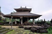 Сарай с тюками листьев пальмы / Индонезия