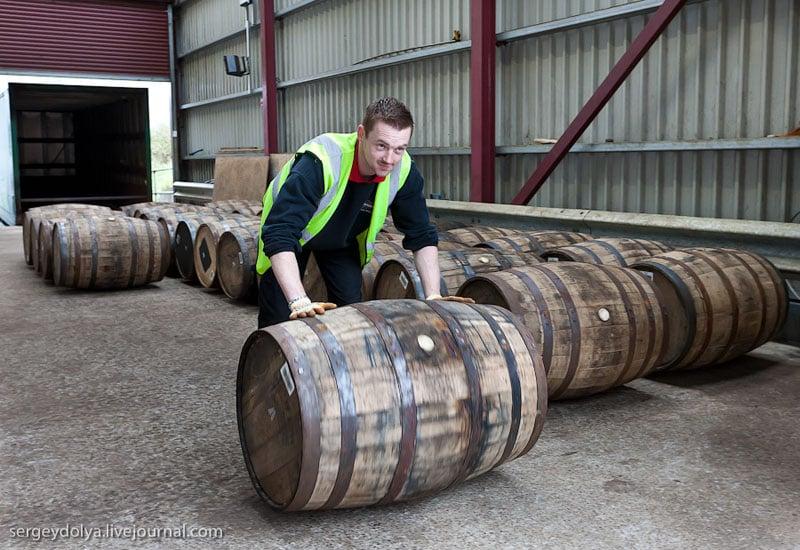Транспортировка бочек на склад / Фото из Ирландии