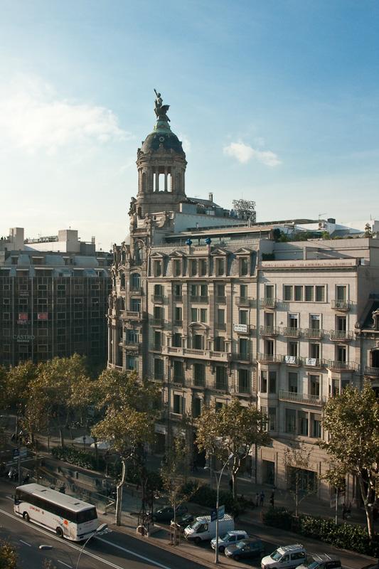 вид из окна отеля на Paseo de Gracia / Испания