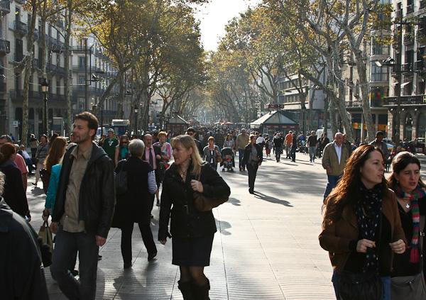 толпа на знаменитой Рамбле / Испания