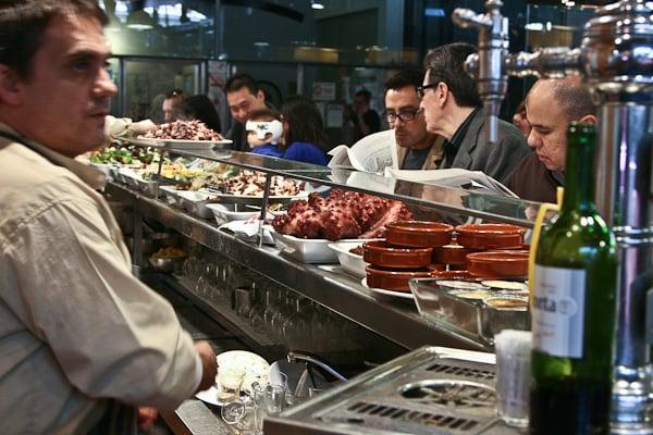 кафе прямо внутри рынка - свежайшие продукты / Испания
