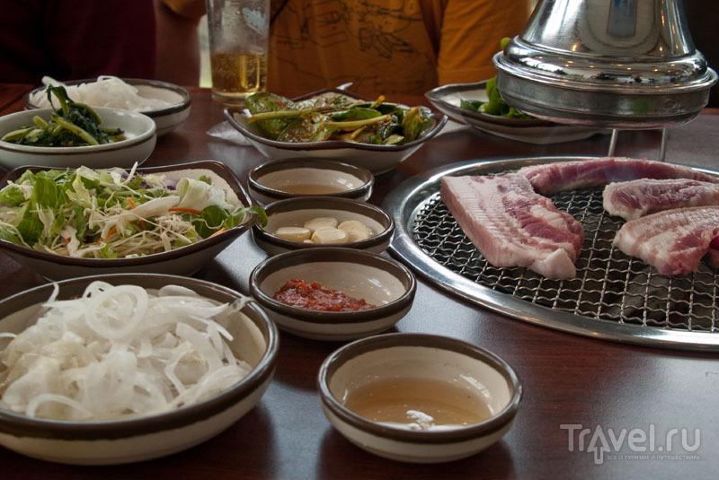 Черная свинья и тарелочки с кимчхи / Фото из Южной Кореи