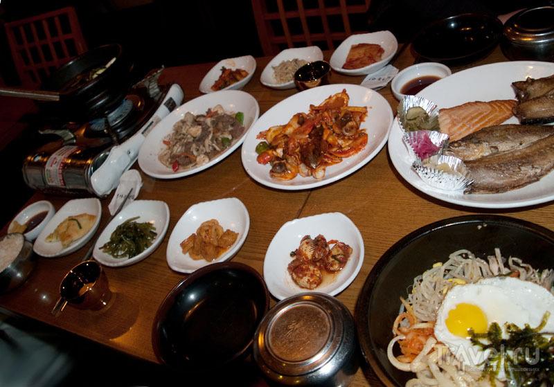 Традиционный корейский стол - много еды и закусок / Фото из Южной Кореи