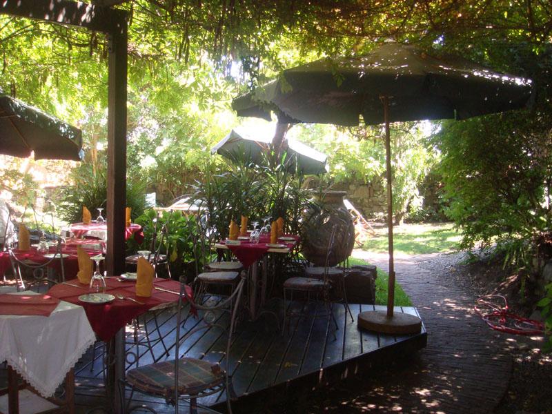 Садик ресторана Mezon de la Plaza в Колония-дель-Сакраменто, Уругвай / Фото из Чили
