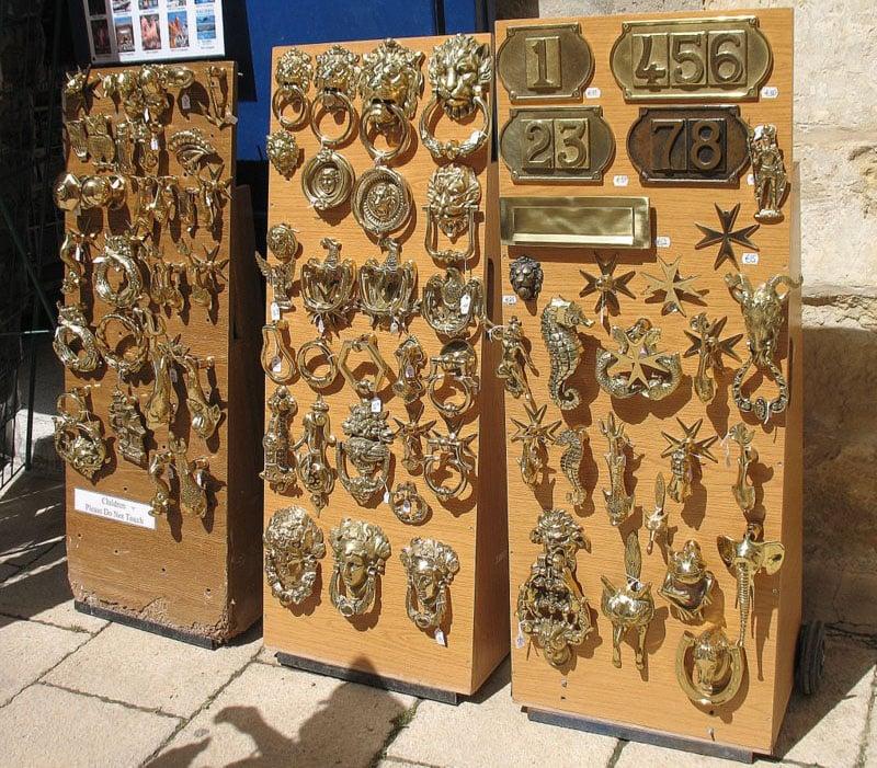 Дверные молотки и ручки на Мальте можно купить как сувениры / Фото с Мальты