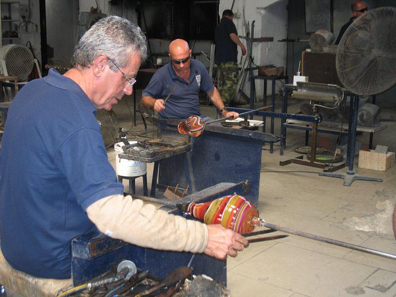 Стеклодувы на производстве Mdina Glass / Фото с Мальты