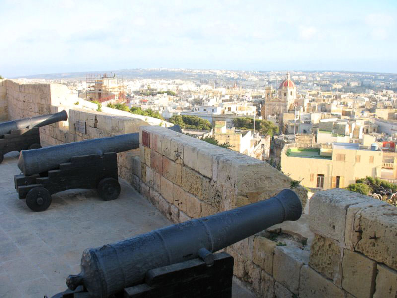 Пушки цитадели и вид на остров Гоцо / Фото с Мальты
