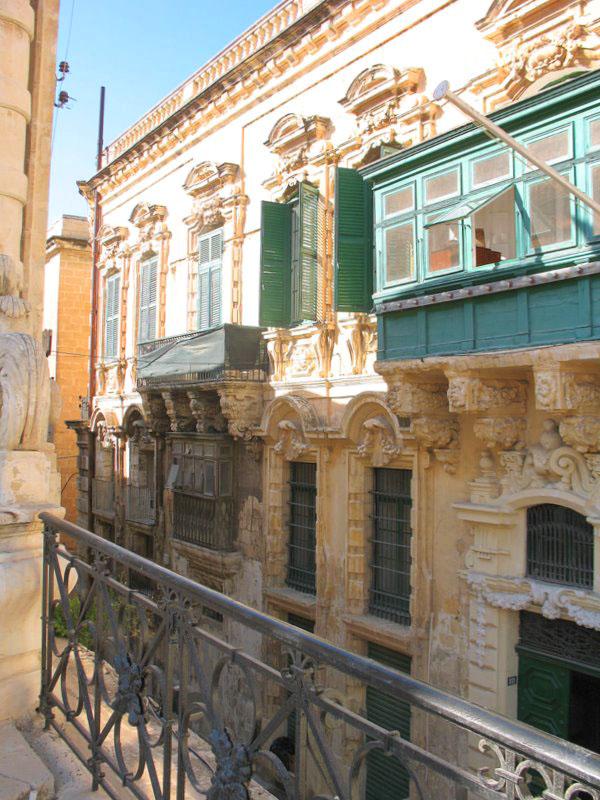 Улочка ниже уровня площади Дворца Великих магистров / Фото с Мальты